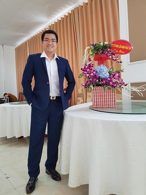 Ông Lê Thụ Phúc Gia - Tổng Giám đốc Công ty Cổ Phần Liên Minh Phúc Gia hân hạnh được tặng hoa chúc mừng Hội Nghị